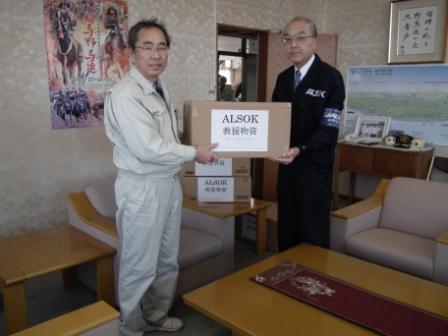 寄贈の様子(福島県南相馬市災害対策本部)写真右:福島綜合警備保障株式会社・本庄社長