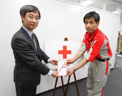 日本赤十字社への寄付の様子