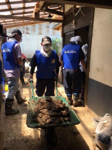 被災者住居の泥だし作業